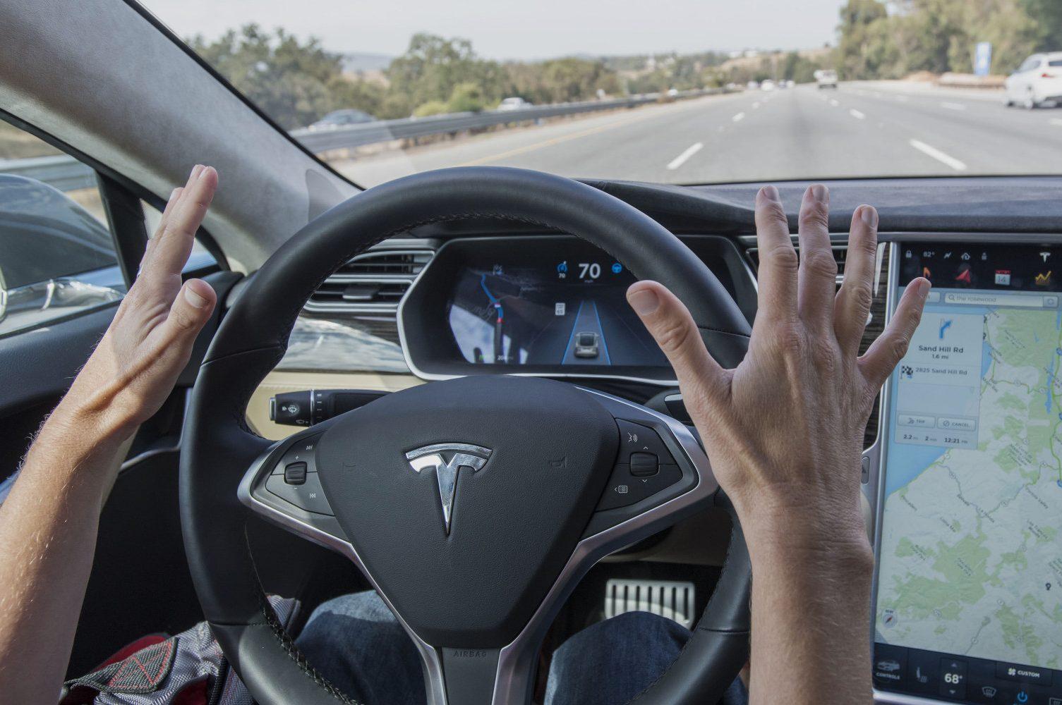 Управляемый автопилотом автомобиль Tesla попал вДТП