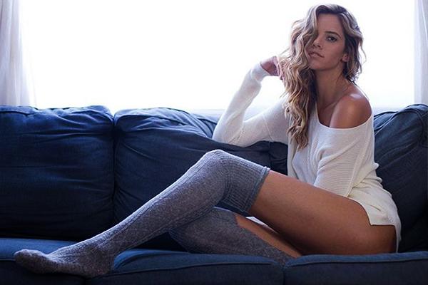 Смотреть онлайн длинные ноги у девушки