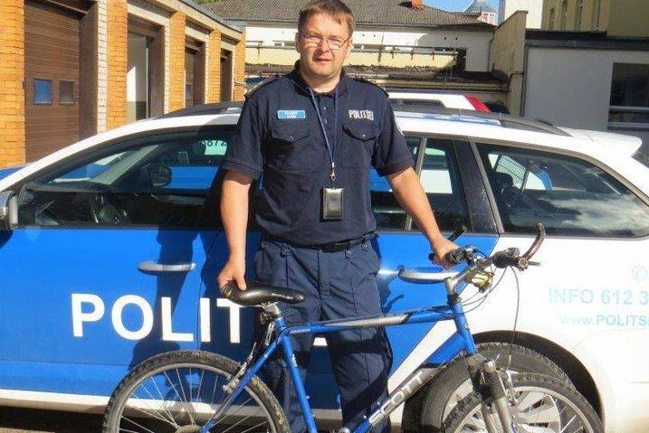 Поліцейский з велосипедом