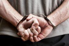 У наручниках