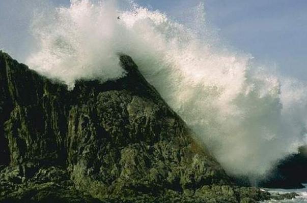 Туристами было зафиксировано ЧП: огромнейшая волна просто смыла путешественницу из Китая в Таиланде
