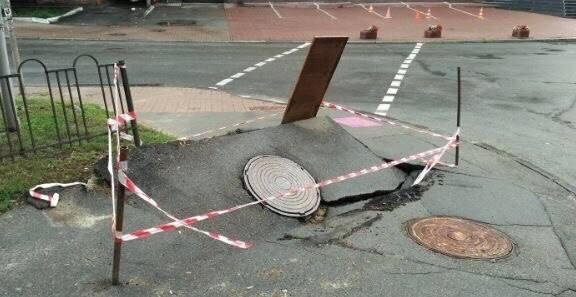 Вцентре украинской столицы создалась дыра васфальте, оголив электропровода