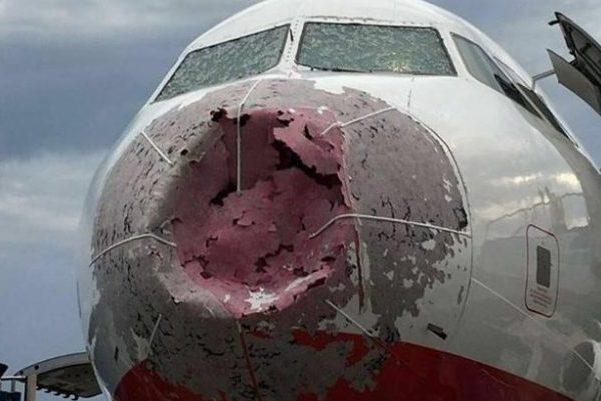 разбитый градом самолет