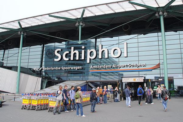 ЗМІ: У Нідерландах затримали двох українців зкраденими кредитками і фальшивими євро