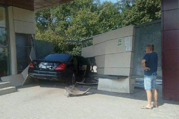 УХаркові автомобіль врізався узупинку: є загиблий