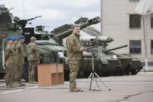 Президент анонсував підвищення доплат військовим узоні АТО