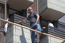 Чоловік на сітці готелю Хрещатик