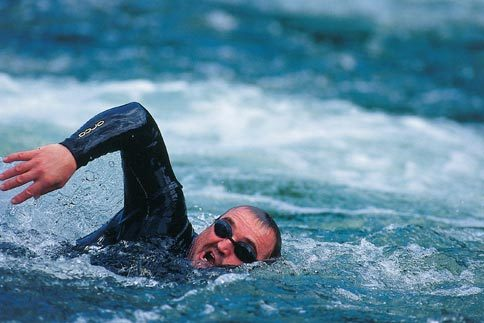 Чоловік пливе у річці