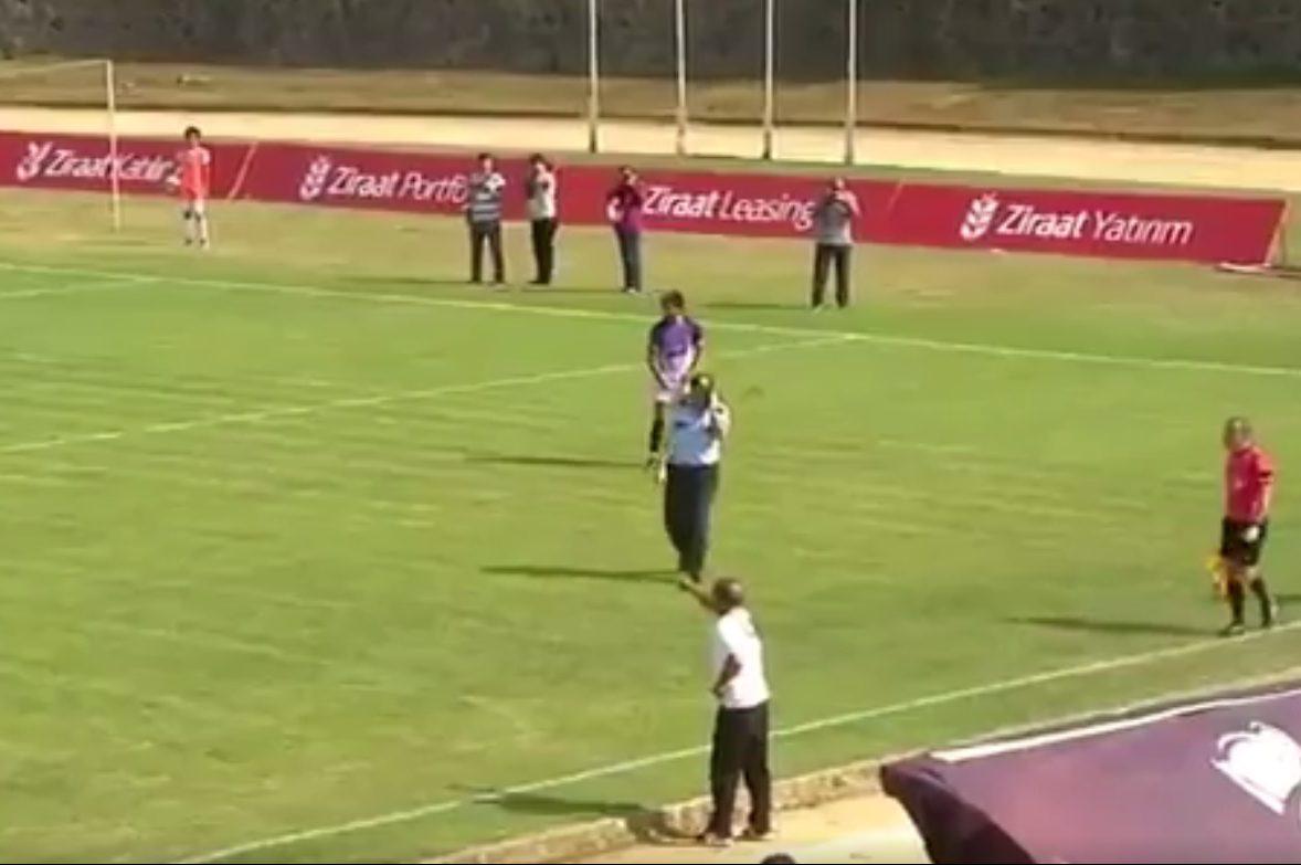 Полицейский заговорился потелефону ипрошел футбольным полем вовремя игры