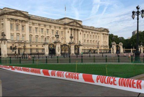 Вооруженный ножом мужчина напал наполицейских встолице Англии