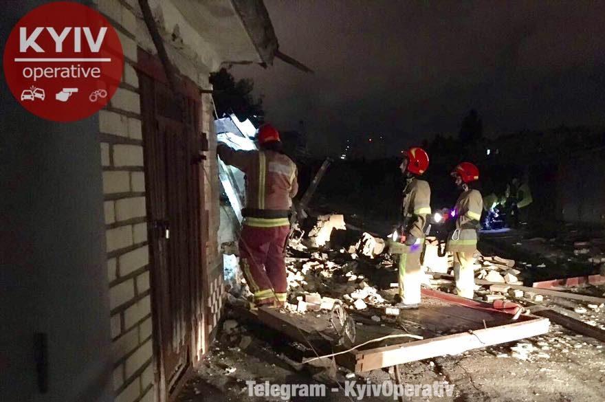 ВКиеве рухнули гаражи вкооперативе, раздавив автомобили вхлам