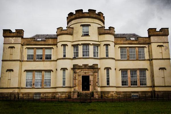 Останки неменее 400 воспитанников дет дома обнаружили под зданием приюта вШотландии