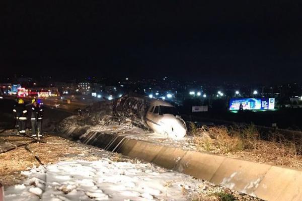 Ваэропорту Стамбула личный  самолёт съехал сполосы и зажегся