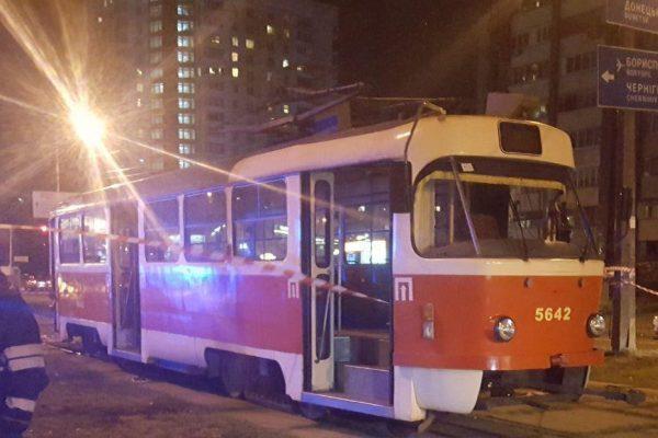 ВКиеве под трамвай угодила женщина с сыном, оба погибли
