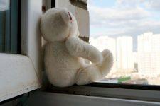 Игрушка на окне