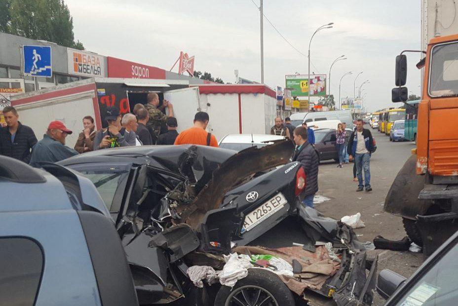 Разбитые авто иоткрытые переломы: вКиеве произошло масштабное ДТП