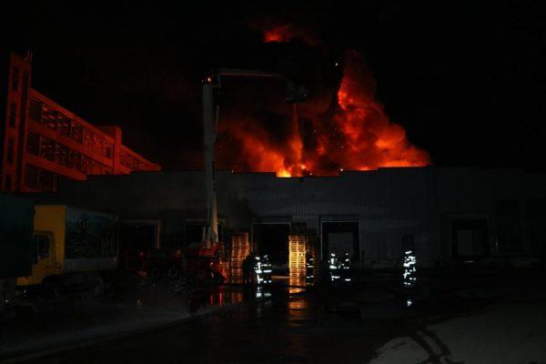 Вночі уКиєві загорівся склад: пожежу ліквідовували 120 рятувальників