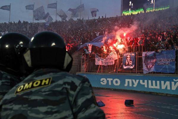 Трое полицейских сломали ногу фанату нафутболе вКраснодаре