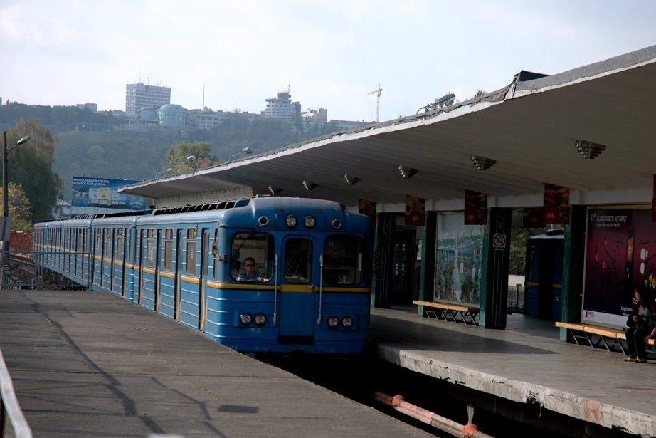 Настанції метро «Дарниця» виявили труп чоловіка