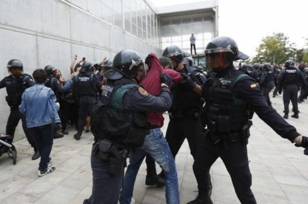Милиция Испании заблокировала избирательный участок, где должен голосовать руководитель Каталонии