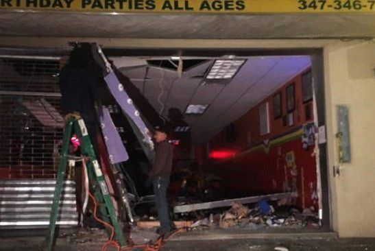 УНью-Йорку автомобіль в'їхав вбудівлю дитячого центру, є постраждалі