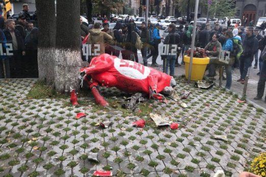 Розбита статуя корови