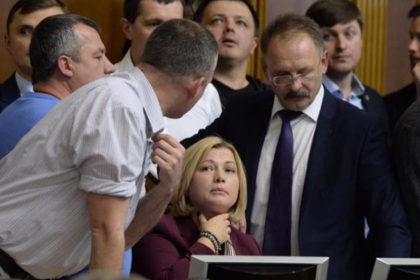 Порошенко обратился кукраинцам из-за принятия законов поДонбассу