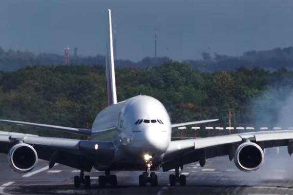 Самый крупный авиалайнер вмире «устроил дрифт» при посадке— YouTube ВИДЕО