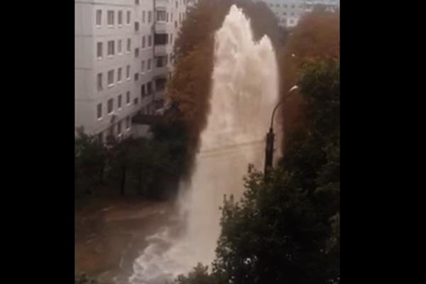 УХаркові прямо посеред вулиці з'явився 15-метровий фонтан