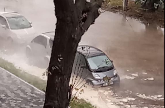 ВКиєві вулицю затопило гарячою водою