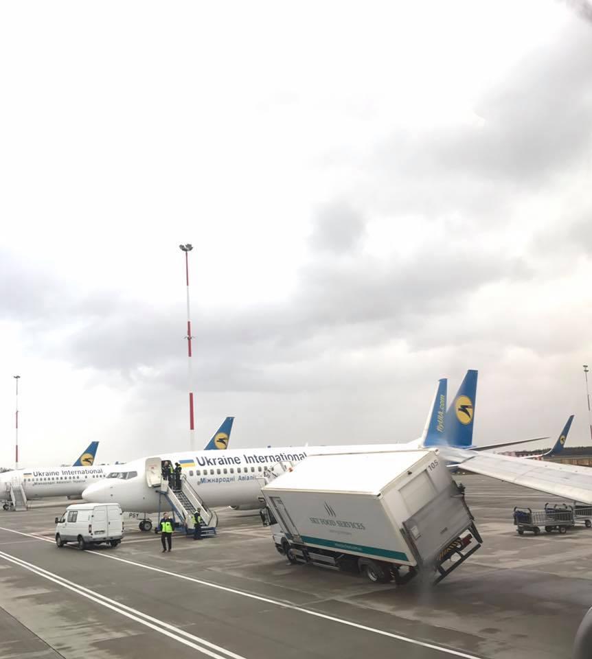 Ваеропорту «Бориспіль» літак зіткнувся звантажівкою: опубліковано фото