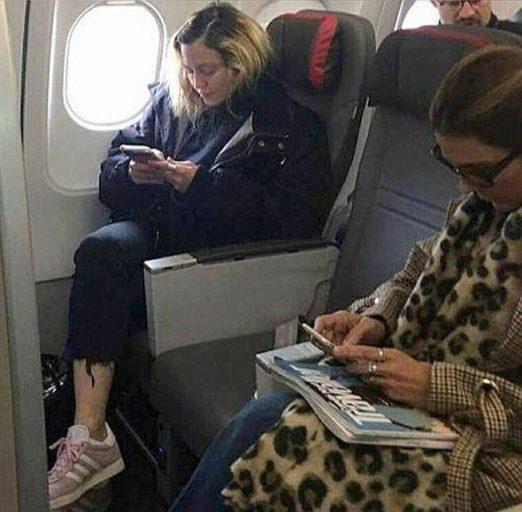 Пассажир самолёта сфотографировал Мадонну вэконом классе ибез косметики