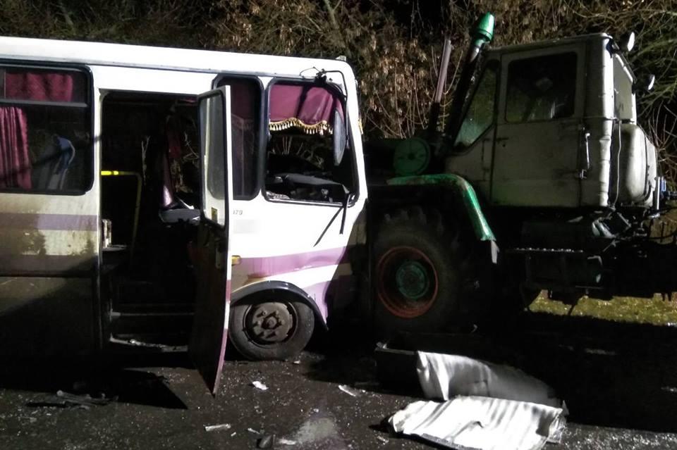 Автобус протаранив два трактори наЛуганщині, 13 постраждалих