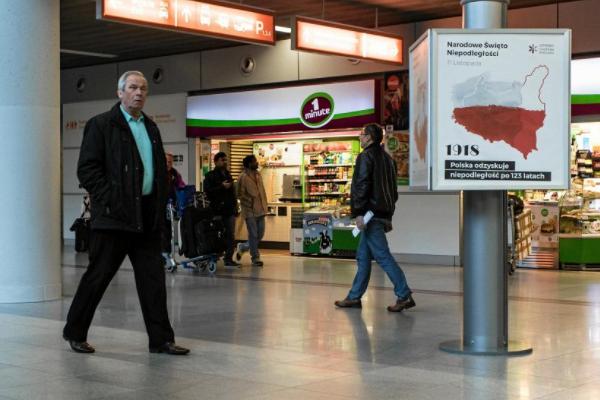 УВаршавському аеропорту вивісили мапу Польщі зукраїнськими землями