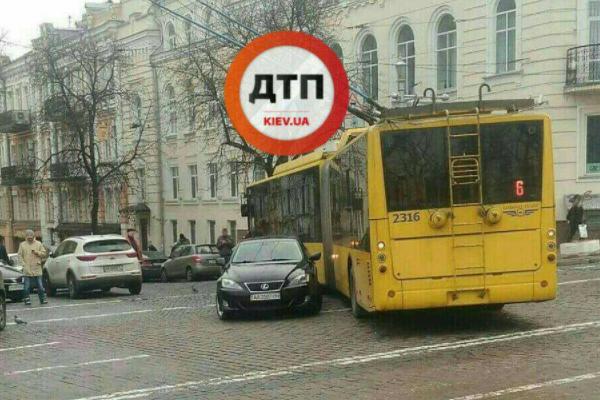 УКиєві «лінчували» водія BMW, який паралізував рух автобуса і 7 трамваїв