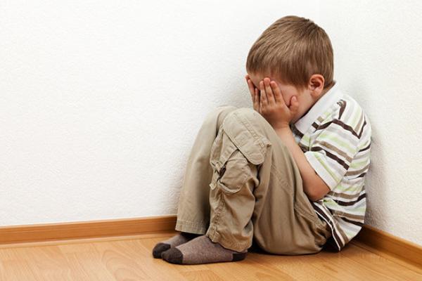 Восьмирічний хлопчик 1,5 року тероризує учнів і вчителів усвоїй школі