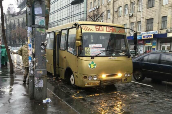 УКиєві курсує золотий автобус