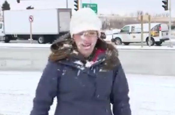 Оператор американского канала зарядил снежком влицо ведущей прямо перед эфиром