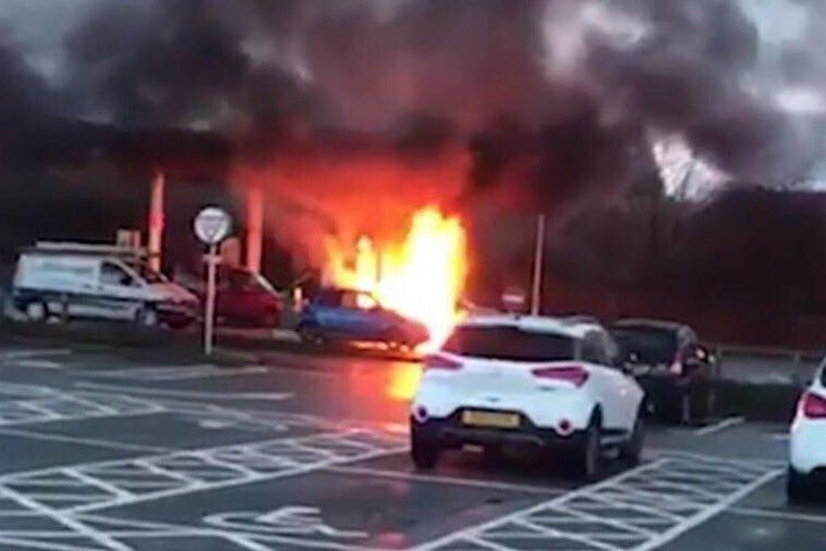 Авто у полум'ї