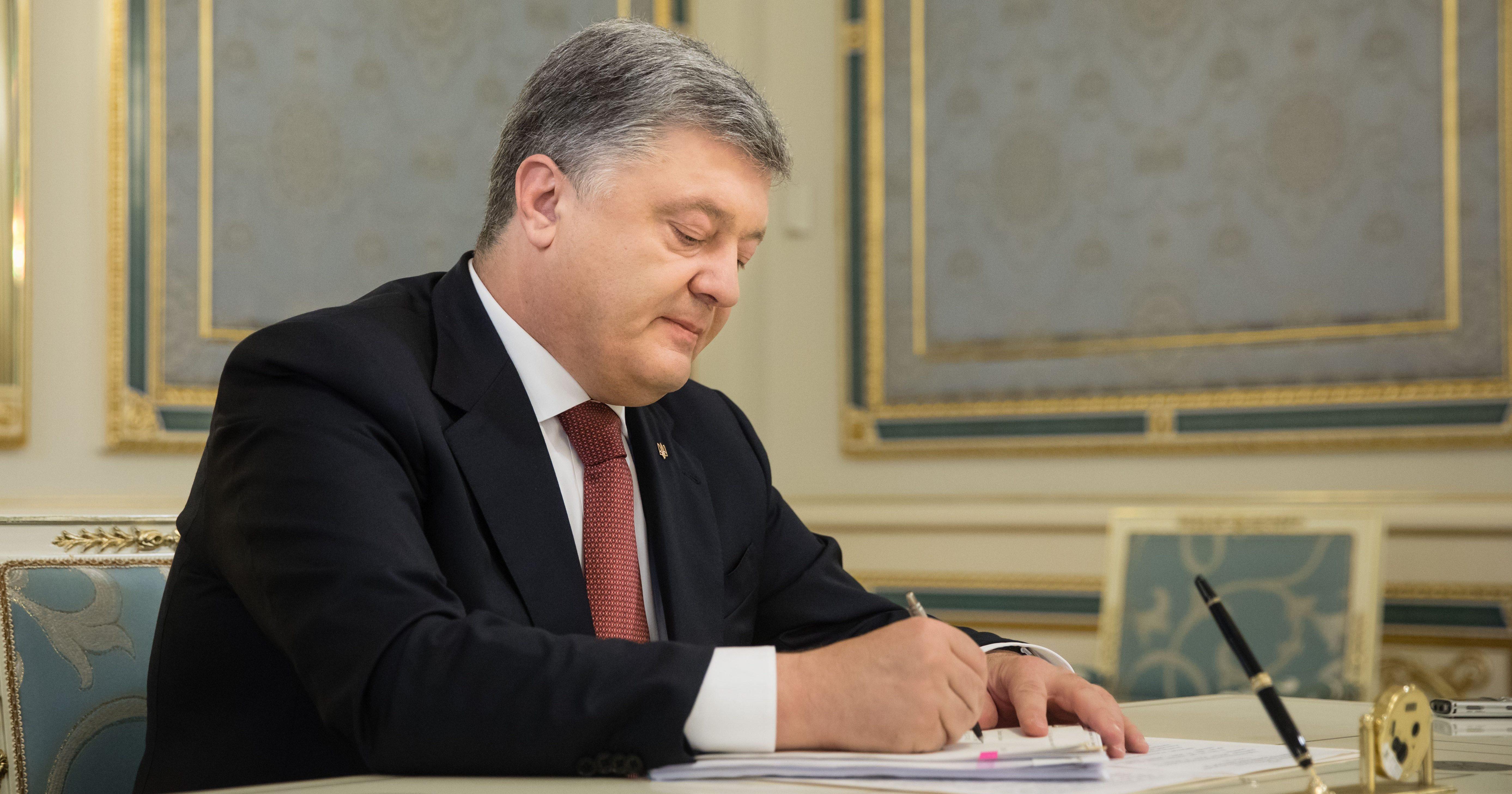 Президент України Петро Порошенко ввів у дію рішення Ради національної  безпеки і оборони про державне оборонне замовлення на 2018-2020 роки. 95d95ddc60c35