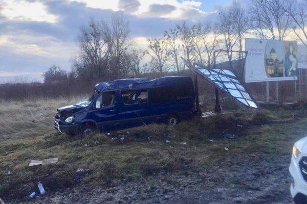 НаЛьвівщині перекинувся мікроавтобус— постраждалих вісім людей