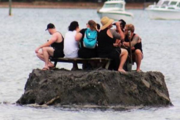 Новозеландцы создали искусственный остров, ради того, чтобы выпить там вНовый год