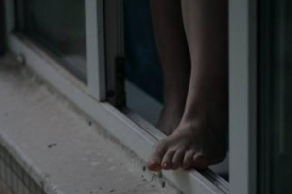 ... Києво-Святошинського району сталася трагедія – після сварки з 22-річним  хлопцем із вікна 3-го поверху багатоповерхівки викинулася 33-річна жінка. 359de9f5c1186