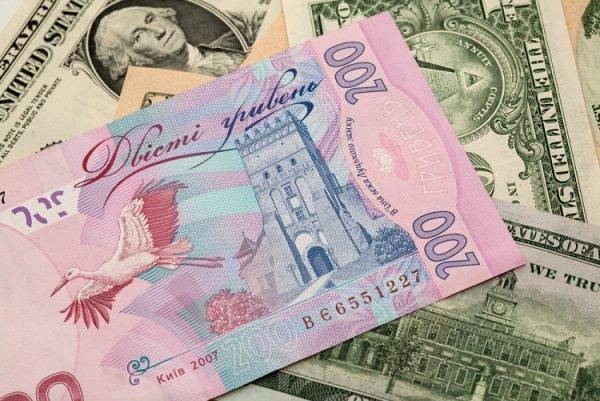 НБУ резко обвалил национальную валюту. Доллар иевро увеличились вцене