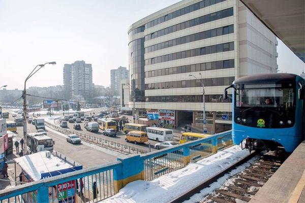 УКиєві начервоній гілці метро зламався потяг