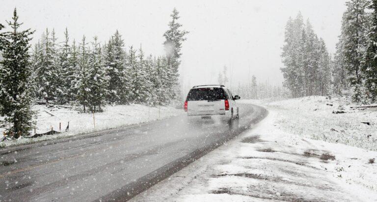 Як не буксувати на снігу і на льоду: 5 правил водіння взимку