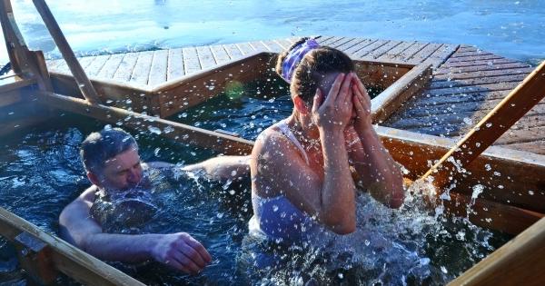 Слизывают свою купание на водохрещу голышом