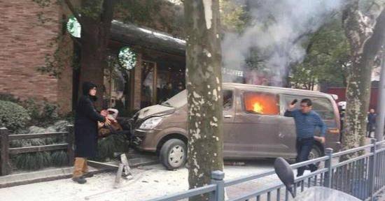 ВДТП сучастием фургона ипешеходов вШанхае пострадали 18 человек
