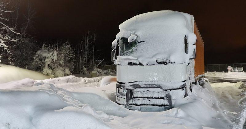 Вантажівка у снігу