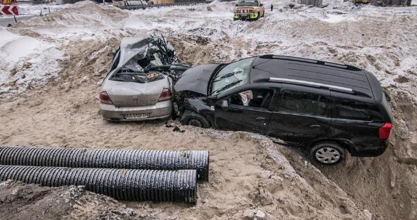 УКиєві задень убудівельний котлован влетіло дві автівки